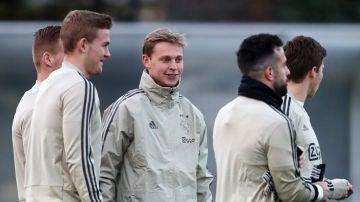 De Jong habla con De Ligt durante su época en el Ajax