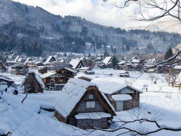 Imagen de archivo de una aldea cubierta por la nieve.