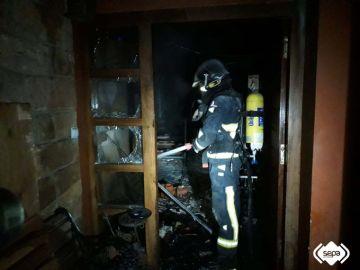 Un bombero trabajando en la extinción de este incendio