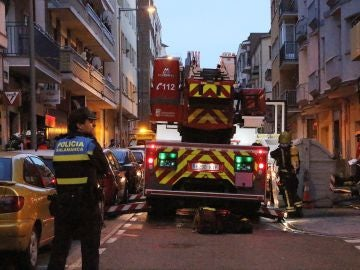 Efectivos del cuerpo de Bomberos y de la Policía Local trabajan en las labores de extinción del incendio