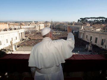 El papa Francisco da su discurso navideño en una abarrotada plaza de San Pedro