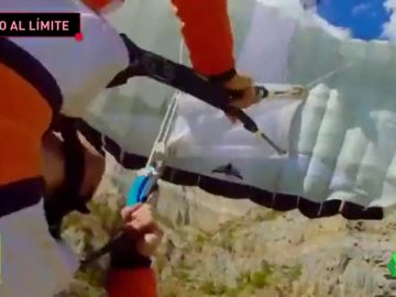 El agónico momento en el que el viento lleva a un paracaidista contra un acantilado