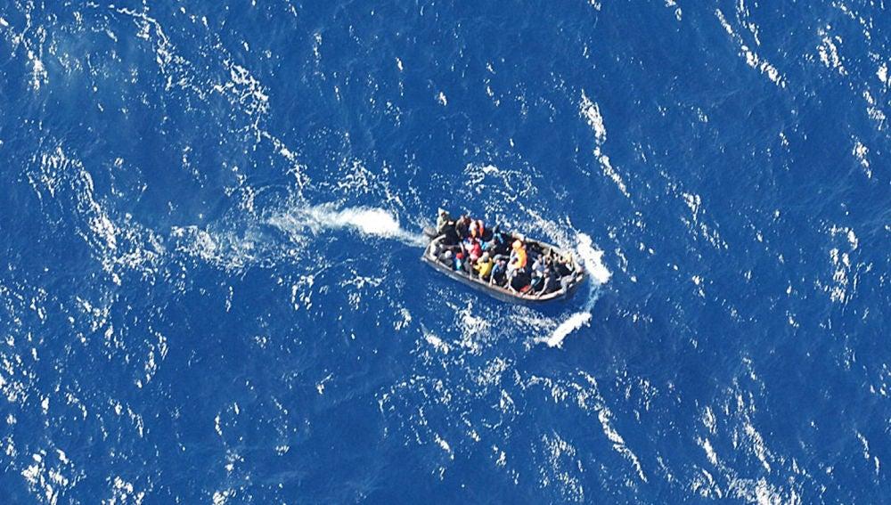 Imagen de archivo de una embarcación con migrantes a bordo