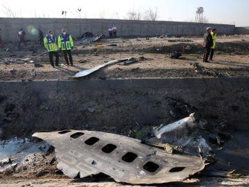 Miembros de los servicios de emergencia observan parte del fuselaje del Boeing 737
