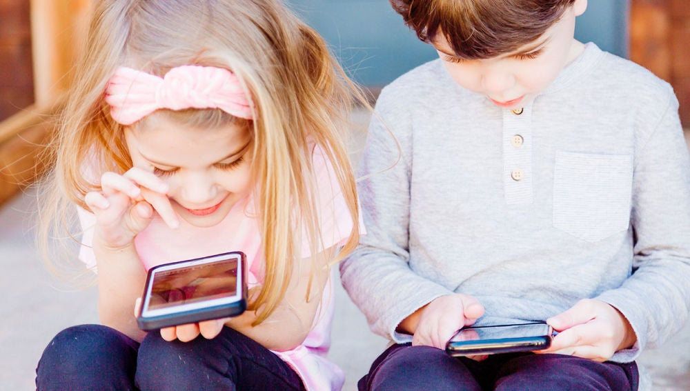 Niños utilizando el smartphone