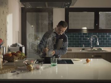 Alejandro en la cocina de su casa en Málaga