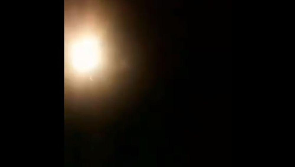 Imagen del vídeo en el que, presuntamente, se puede ver al misil impactando contra un avión