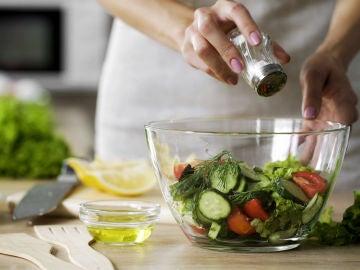 Sazonando la ensalada