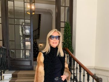 Carmen Lomana vistiendo un abrigo de piel