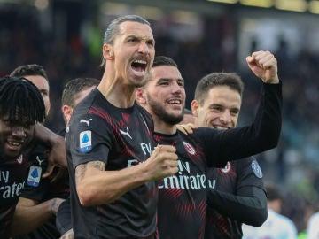 Ibrahimovic celebra un gol con Theo Hernández
