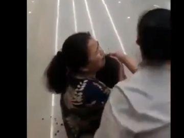 Imagen de una madre abrazada a su hijo asesinado durante un atraco en Bangkok