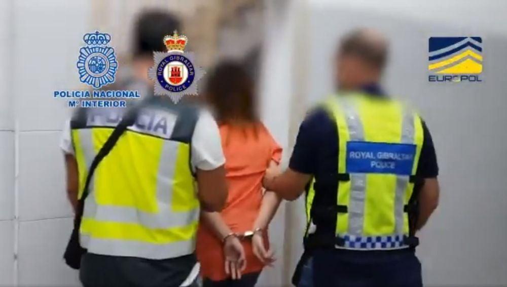 Agentes de la Policía Nacional y de la Royal Gibraltar Police detienen a una de las integrantes de la organización criminal