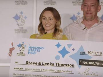 Imagen de Steve y Lenka Thomson, ganadores de 123 millones de euros con el Euromillones.