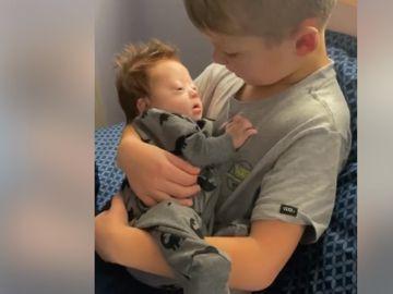 Imagen de Rayce cantando a su hermano recién nacido.