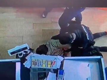 Una espectacular actuación policial impide un atraco con cuchillo en un supermercado de La Latina, en Madrid