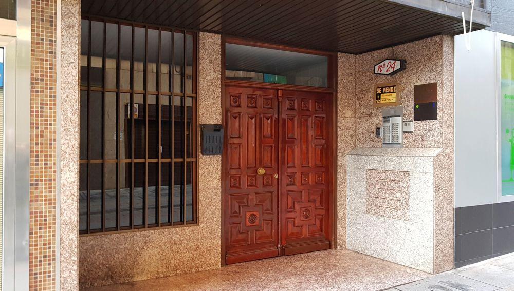 Vista del portal del domicilio donde se encontraron los cadáveres en Puertollano