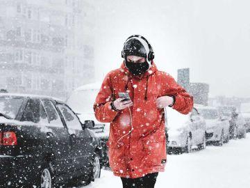 Utilizando el móvil en plena nevada
