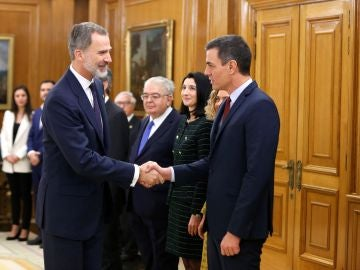 Pedro Sánchez saluda al rey Felipe VI durante la jura de ministros