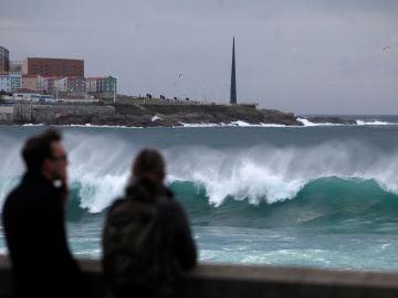 Oleaje en A Coruña, donde la Xunta ha activado la alerta naranja