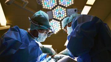 Cirujanos durante una operación