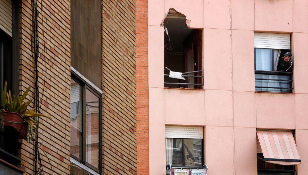 Destrozos ocasionados por la chapa que voló tras la explosión en Tarragona