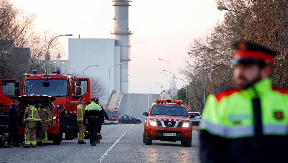 Los servicios de emergencia trabajan en la planta petroquímica de Tarragona tras la grave explosión