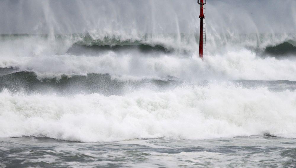 Una ola rompe en los acantilados de Suances, en Cantabria