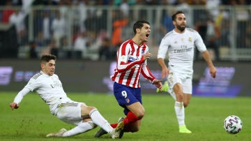 Valverde derriba a Morata en la prórroga de la final de la Supercopa.