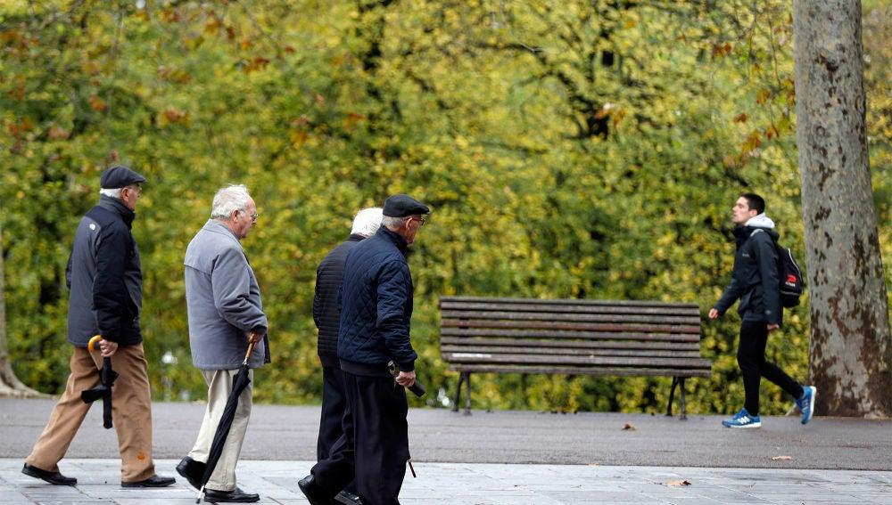 Pensionistas pasean en un parque