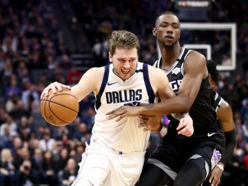 Luka Doncic intenta zafarse de Harry Giles III