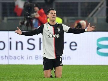 Cristiano Ronaldo protesta una decisión arbitral.
