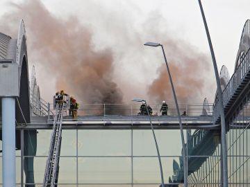 Imagen del incendio en uno de los techos del aeropuerto de Alicante