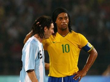 Leo Messi y Ronaldinho, durante un partido de selecciones.