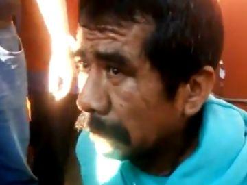 El presunto autor de violar y decapitar a una niña de seis años atado a un poste antes de ser quemado.