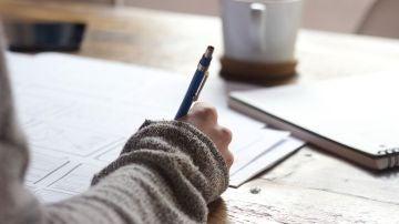 Una persona haciendo un examen