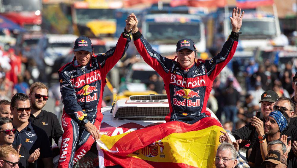 Lucas Cruz y Carlos Sainz, tras ganar el Dakar 2020