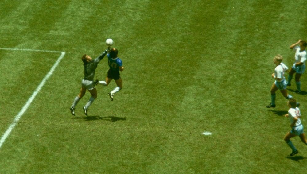 Maradona marca el histórico gol conocido como 'la mano de dios' ante Shilton