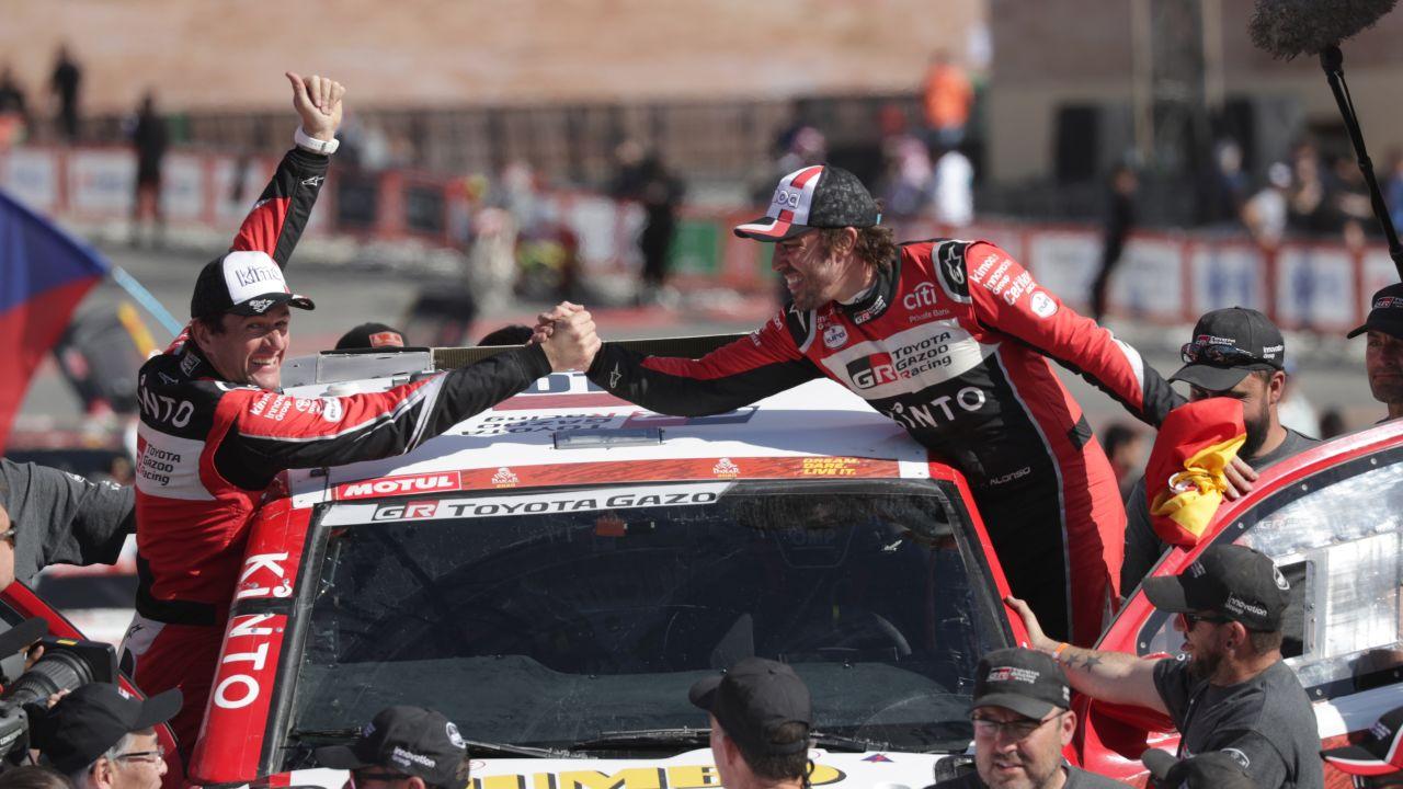 Marc Coma y Fernando Alonso, tras acabar el Dakar 2020