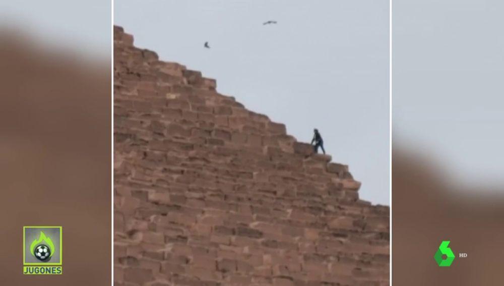 Un youtuber, detenido en Egipto por escalar una pirámide