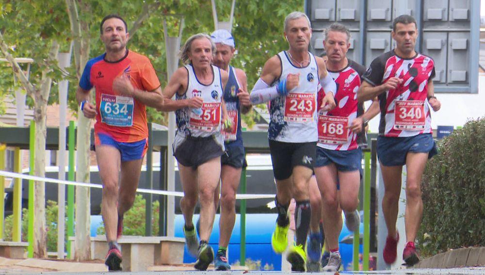 Un grupo de hombres participa en una carrera