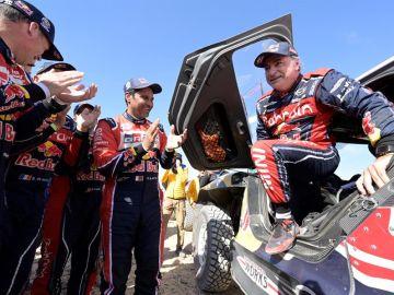 Carlos Sainz celebra su triunfo en el Dakar