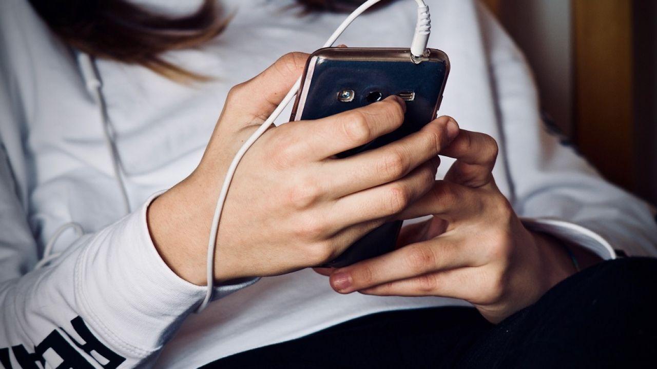 Chica joven con el teléfono móvil