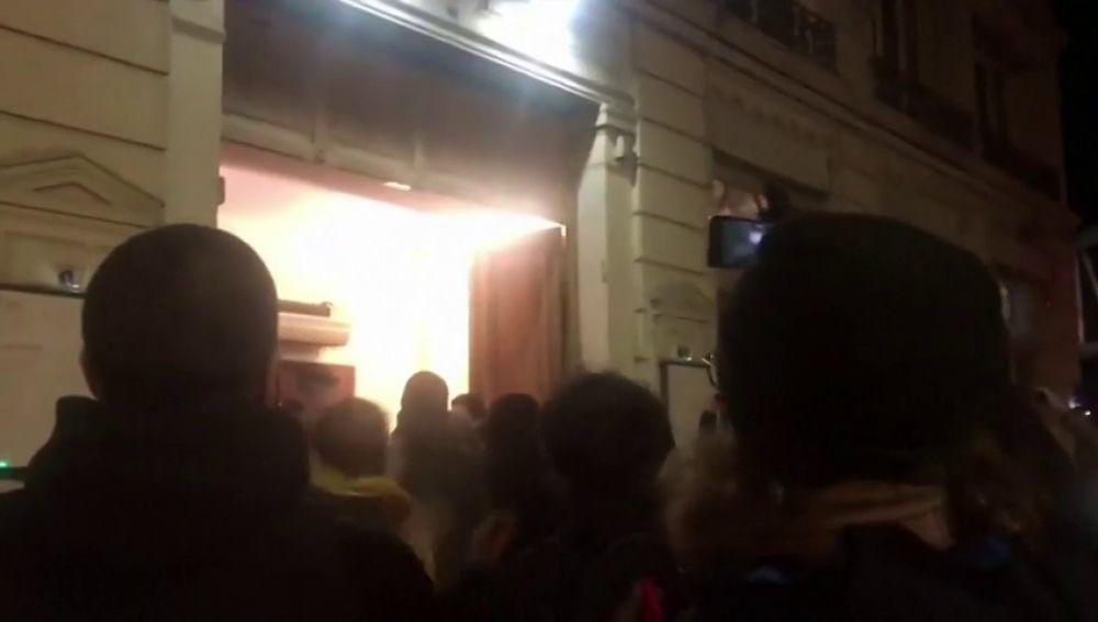 Manifestantes contrarios a Macron en el exterior del teatro