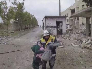 Imagen del rescate a una niña sepultada por un bombardeo en Alepo