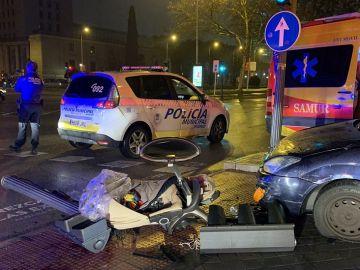 Imagen del vehículo que ha atropellado a una familia y del carrito en el que viajaba un bebé