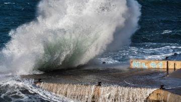 Imagen de archivo de olas en la costa en San Telmo, Mallorca