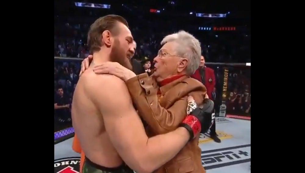 Conor McGregor se abraza con la abuela de Cerrone