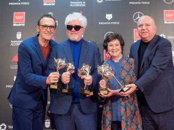 Alberto Iglesias, Pedro Almodóvar, Julieta Serrano y Agustín Almodóvar sostienen sus seis Premios Feroz por 'Dolor y gloria'