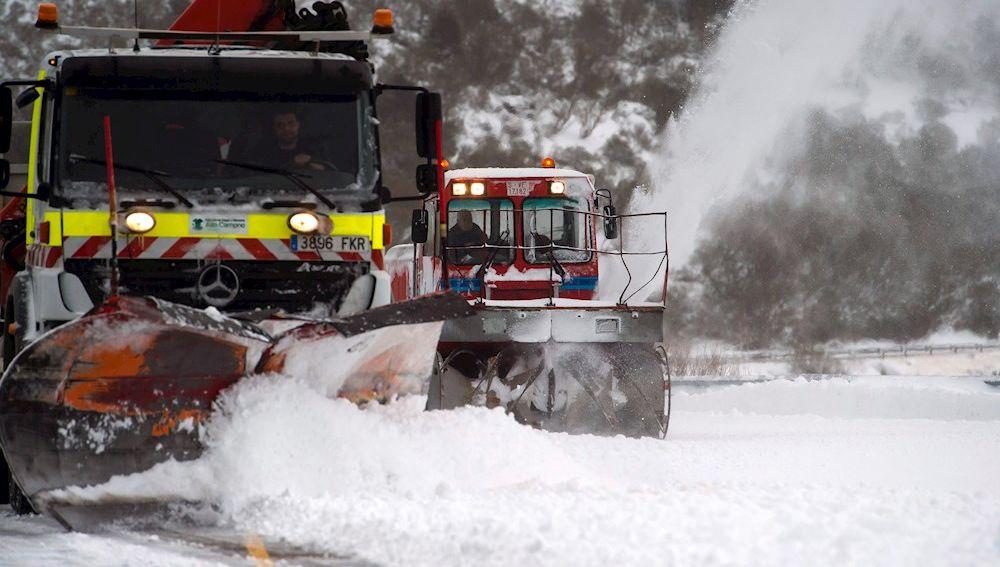 Dos máquinas quitanieves limpian un aparcamiento de nieve en la estación de esquí de Alto Campoo