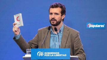 Pablo Casado en un acto del PP con la Constitución en la mano